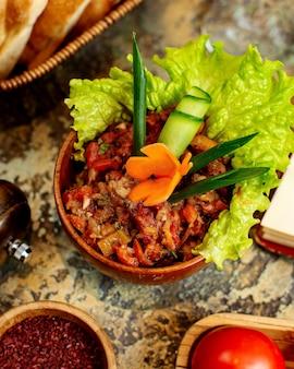 Ensalada de mangal con hierbas en rodajas