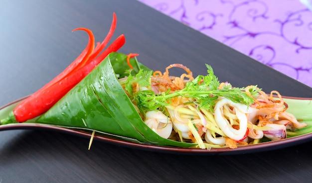 Ensalada de mango verde y calamar con aderezo de camarón seco
