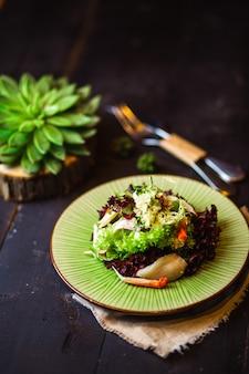 Ensalada de mariscos con lechuga de hoja verde y roja