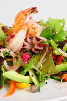 Ensalada de mariscos con vegetales frescos