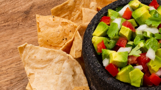 Ensalada mexicana con nachos en la mesa