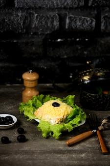 Ensalada de mimosa en mesa con hierbas