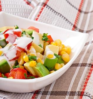 Ensalada mixta con aguacate, tomate y maiz dulce