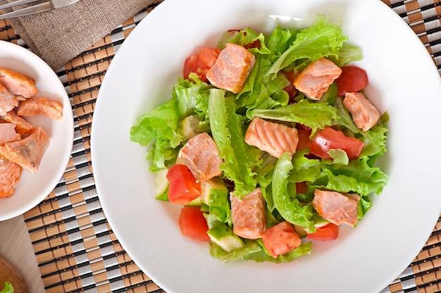 Ensalada mixta de vegetales frescos con trozos de salmón