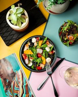 Ensalada mixta de verduras en la mesa
