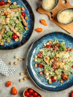 Ensalada mixta de verduras con pollo y galletas saladas