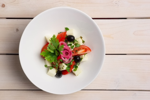Ensalada de mozzarella, tomate y aceitunas. vista superior.