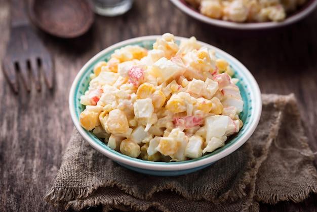 Ensalada con palitos de cangrejo, arroz y maíz.