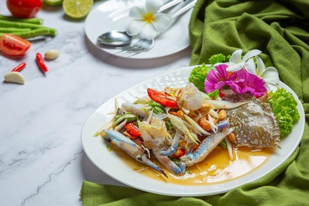 Ensalada de papaya cangrejo azul de papaya comida tailandesa fresca.