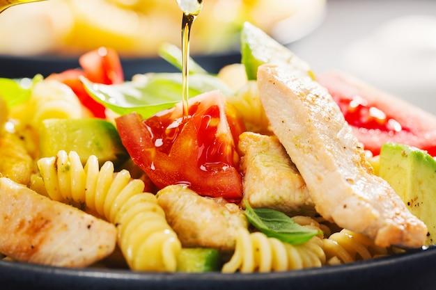 Ensalada de pasta italiana recién hecha con pollo