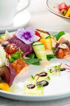 Ensalada de pechuga y champiñones con verduras