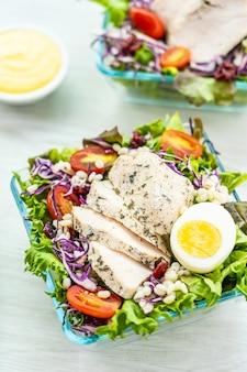 Ensalada de pechuga de pollo a la parrilla y carne