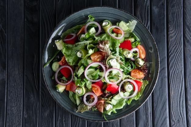 Ensalada de pepino fresco, tomate, pimiento, queso feta y cebolla.