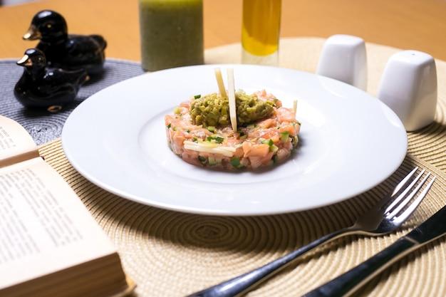 Ensalada de pescado salmón pepino manzana puré de aguacate vista lateral