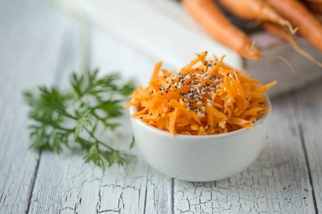 Ensalada picante de fideos de zanahoria con sésamo lista para comer.