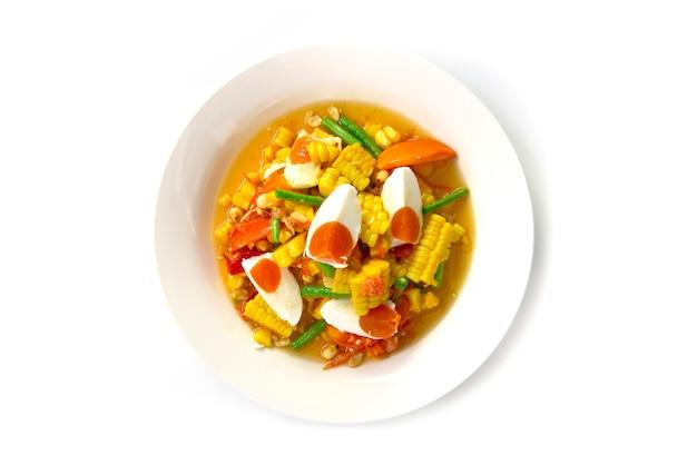 Ensalada picante de maíz con huevos salados (tum thai kao phod kai kem)