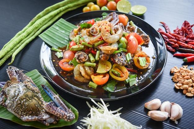 Ensalada picante de mariscos con ingredientes frescos