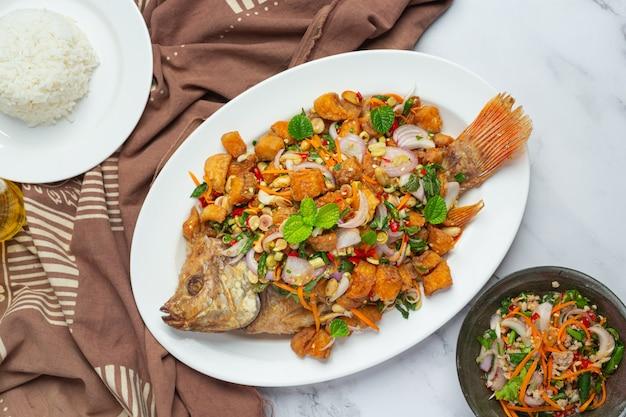 Ensalada picante de pescado frito tubtim, picante, comida tailandesa.