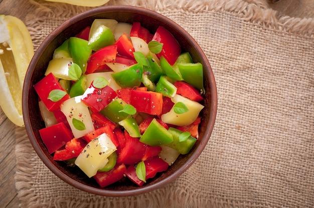 Ensalada de pimientos dulces de colores con aceite de oliva