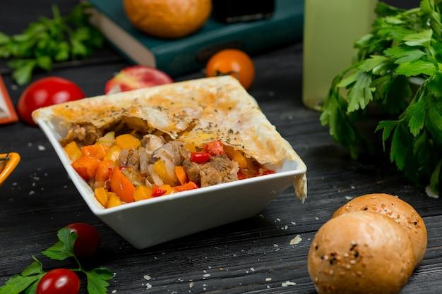 Ensalada de pimientos de temporada con champiñones y filete de pollo