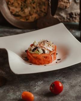 Ensalada de pollo y champiñones envuelta con rodajas de tomate