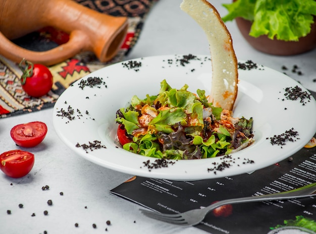 Ensalada de pollo fresco con verduras