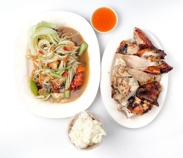 Ensalada de pollo a la parrilla, arroz pegajoso en blanco.