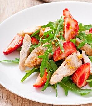 Ensalada de pollo con rúcula y fresas