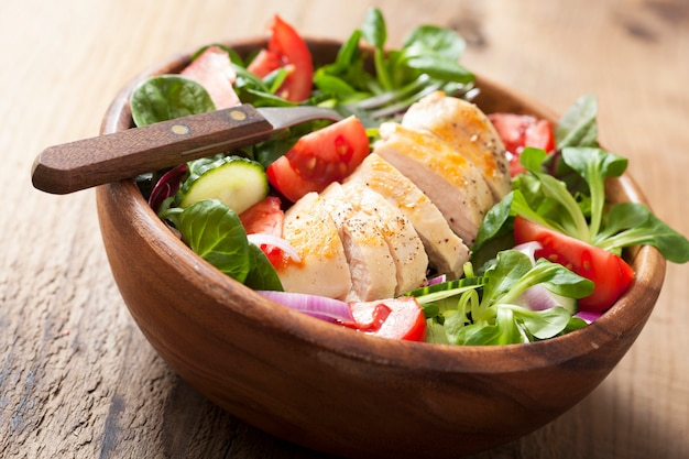 Ensalada de pollo con tomate y pepino