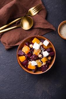 Ensalada con queso y fruta en mesa moderna