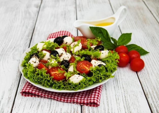 Ensalada con queso mozarella y verduras.