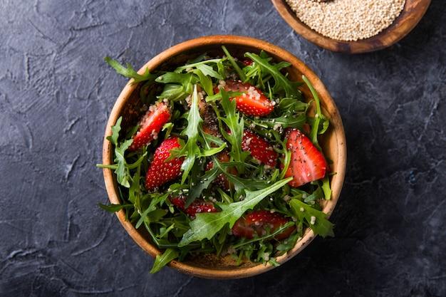Ensalada de quinua con fresa, miel y semillas de chía.