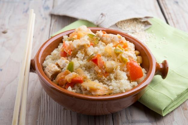 Ensalada de quinua con verduras concepto de superalimentos