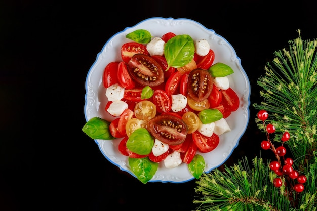 Ensalada con rama de pino y frutos rojos. decoración y comida navideña.