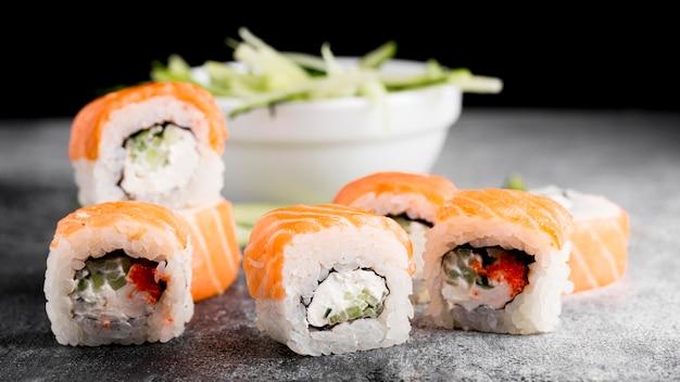 Ensalada y rollos de sushi fresco