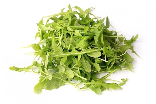 Ensalada de rúcula aislada sobre fondo blanco estilo de vida saludable, dieta de vida ecológica verde