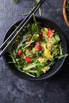 Ensalada de rúcula con quinua, fresa, miel y semillas de chía.