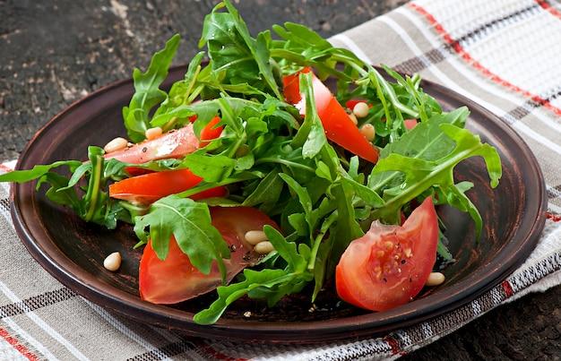 Ensalada de rúcula, tomate y piñones