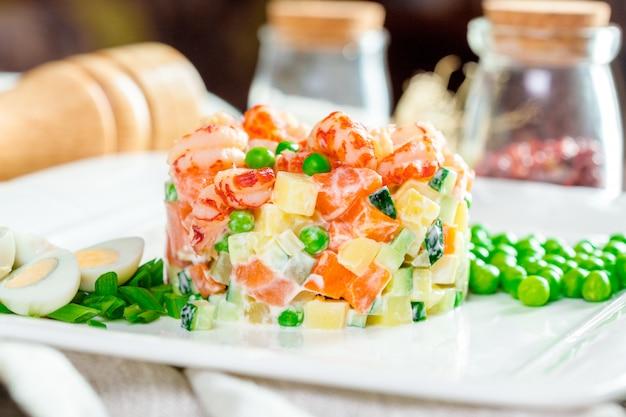 Ensalada rusa con camarones