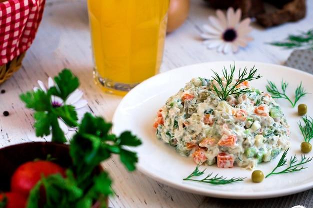 Ensalada rusa con hierbas y jugo de naranja