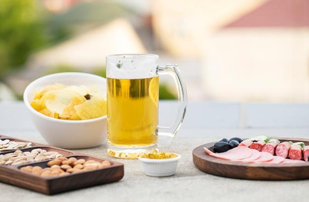 Ensalada de salchicha con aperitivos y cerveza