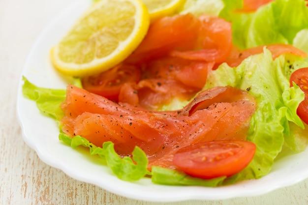 Ensalada de salmón ahumado en plato blanco