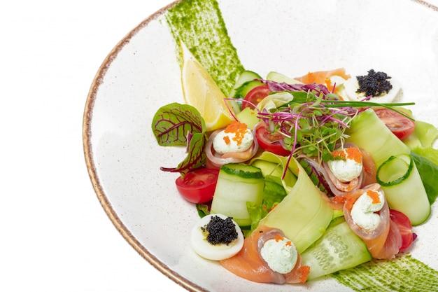 Ensalada de salmón con espinacas, tomates cherry, ensalada de maíz, espinacas baby, menta fresca y albahaca. comida hecha en casa