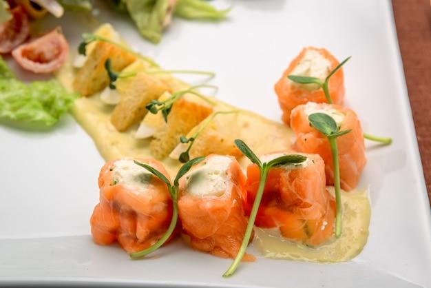 Ensalada de salmón con queso crema
