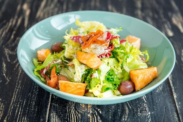 Ensalada de salmón verde y saludable