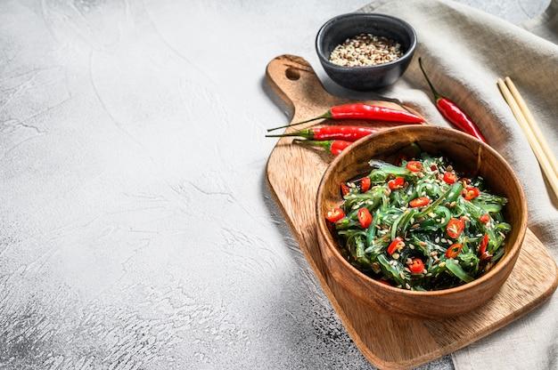 Ensalada saludable de algas chuka con verduras y ají rojo. vista superior. copia espacio