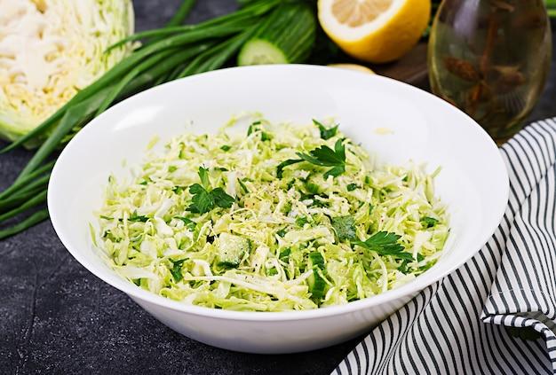 Ensalada saludable. ensalada vegana de primavera con repollo, pepino, cebolla verde y perejil