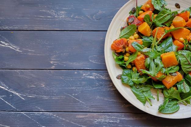 Ensalada saludable con espinacas y calabaza salteada