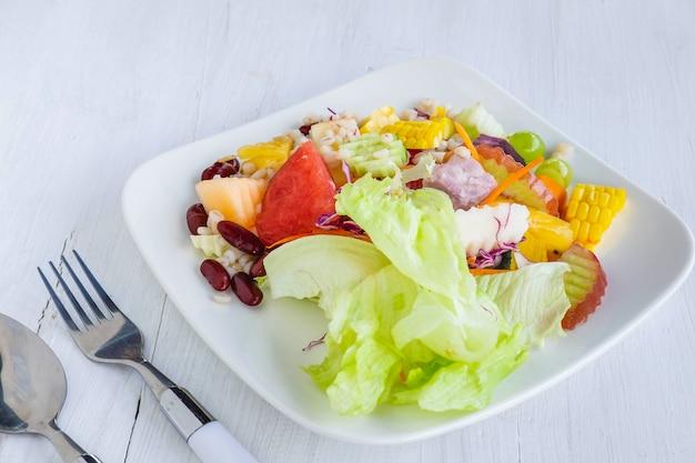 Ensalada saludable de frutas y verduras