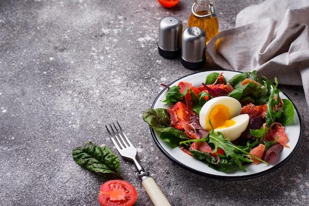 Ensalada saludable con jamón serrano, tomate y huevo